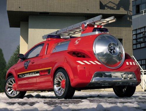 汽车尾部的合金保险杆上有两个类 其实它不是排气管,而是水源补给高清图片