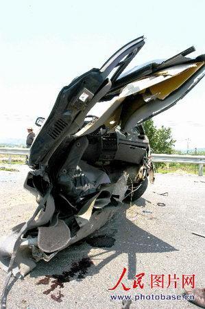 大众神车桑塔纳2000被国产杂牌suv弄断成两截 图