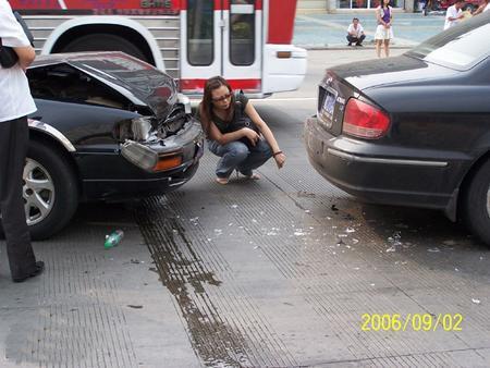 街头追尾现代索纳塔 老款丰田佳美很受伤高清图片