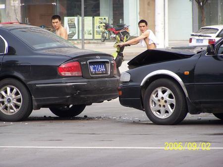 街头追尾现代索纳塔 老款丰田佳美很受伤