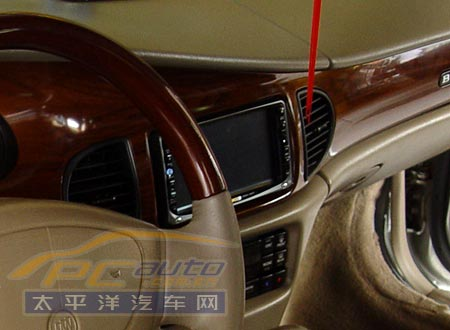 建伍主机安装在中控台的音响安装位上,触膜屏面板占据了2din的空间