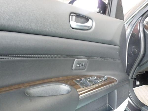驾驶席车门集中了车窗控制按钮,电动后视镜控制按钮,另外还有座椅记忆