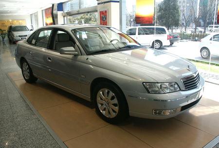 丰田新皇冠和别克荣御分别是国产一汽丰田和上海通用别克的旗高清图片
